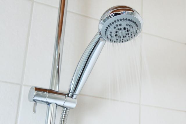 economies eau pipi sous la douche