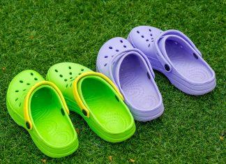 Deux paires de Crocs sur de l'herbe