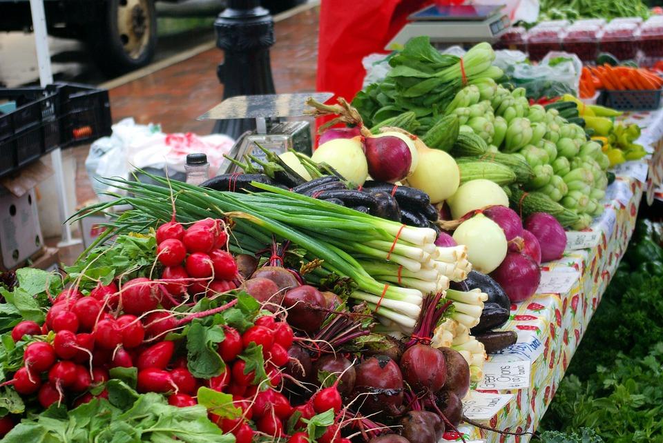 étals des marchés frutis et légumes de mars