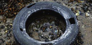 pneu laissé comme déchet