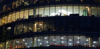 Immeuble avec des travailleurs de nuit